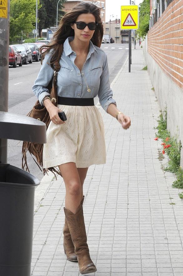 http://unojoenlamirilla.files.wordpress.com/2012/08/sara-carbonero-botas-cowboy-camisa-vaquera.jpg