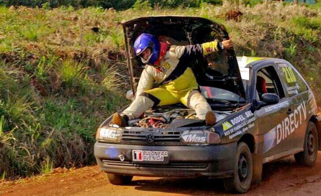 copiloto acelera auto de rally subido en el capo